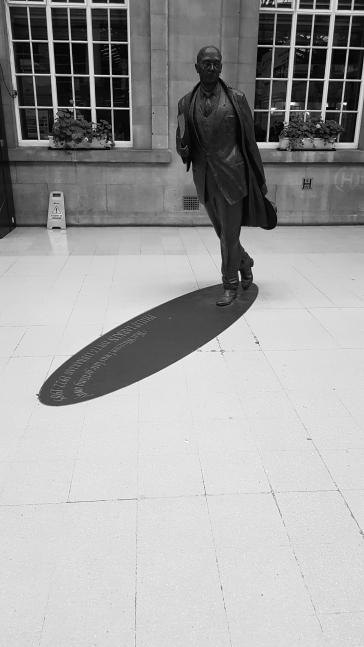 017_Hull_Larkin_Statue
